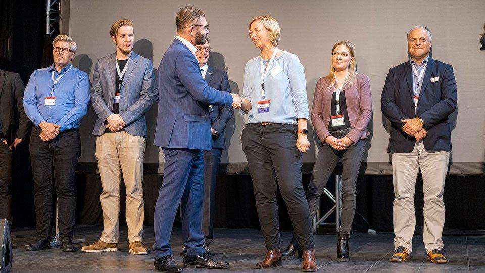 Kongresspräsident Prof. Dr. Volker Großkopf beglückwünscht Judith Ebel, Gründerin und Geschäftsführerin der Quiz-App SuperNurse, zu ihrem Sieg.