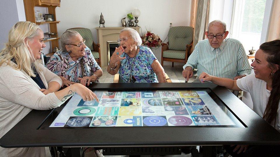 Senioren und Betreuungskräfte nutzen De BeleefTV